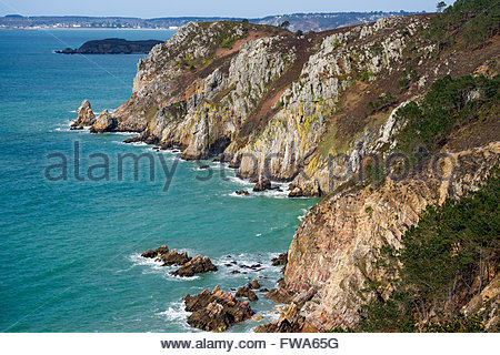 Crozon : the Sentier des Douaniers (GR 34) hiking trail known as the coastal foot path - Stock Photo