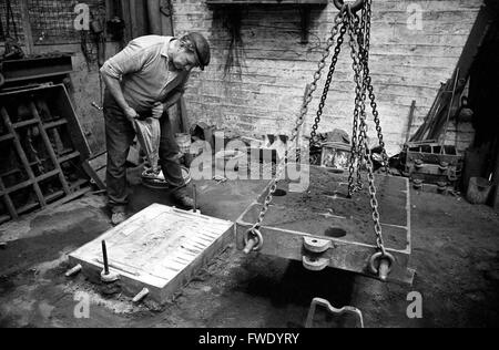 Foundry moulder casting a plaque of 'The Last Supper' at Glynwed Foundries in 1973 - Stock Photo