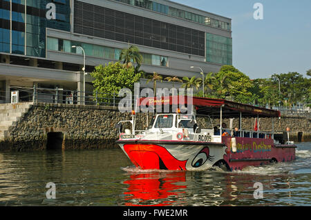 Tourist boat on The Singapore River. - Stock Photo