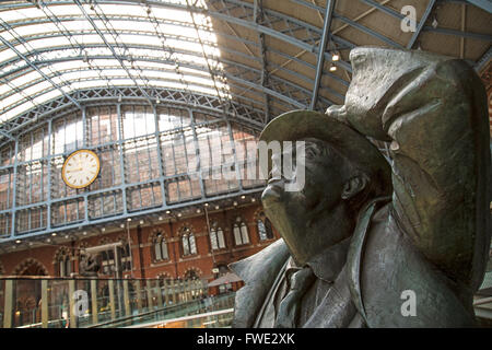 Statue of the poet John Betjamen at St. Pancras International Station in London. Created by Martin Jennings. - Stock Photo