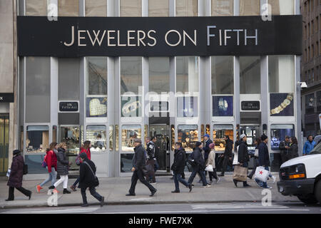 Fifth Avenue and 47th Street, the edge of 'The Diamond District' in midtown Manhattan, NYC. - Stock Photo