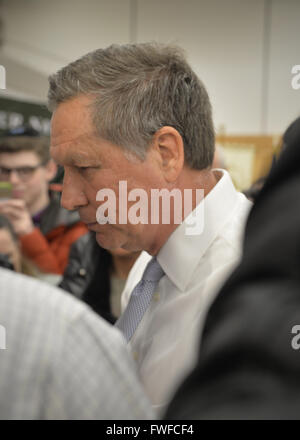 Hempstead, New York, USA. 4th Apr, 2016. JOHN KASICH, Republican presidential candidate and governor of Ohio, leaves - Stock Photo