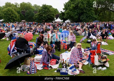(160612) -- LONDON, June 12, 2016 (Xinhua) -- People celebrate Queen Elizabeth II's official 90th birthday in St. - Stock Photo