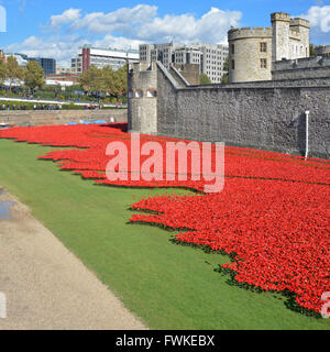 Field of ceramic poppies Blood swept lands & seas of red World War 1 tribute in the dry moat at the Tower of London - Stock Photo