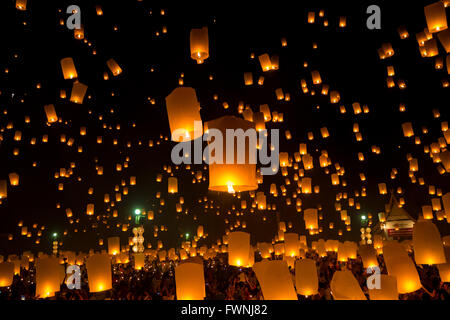 Flying Sky Lantern on Yeepeng festival, thai lanna tradition religion in Chiangmai thailand - Stock Photo
