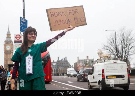 London, UK. 6th April, 2016. Junior Doctors from St. Thomas' Hospital in London taking part in a fourth walkout - Stock Photo