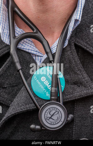 London, UK. 6th April, 2016. The picket line at St Thomas' Hospital. Junior Doctors stage another 48 hours of strike - Stock Photo