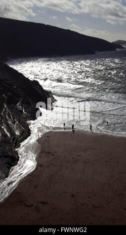 Mwnt Beach, Cardiganshire, West Wales, UK. 6th April, 2016. Weather Holidaymakers explore the beach during the Easter - Stock Photo