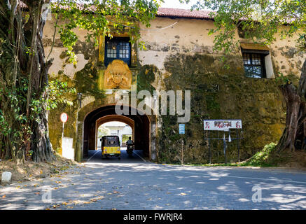 Queens street, Old gate of the Galle Fort, Sri Lanka, with the British Coat of Arms and motto 'Dieu Et Mon Droit' - Stock Photo