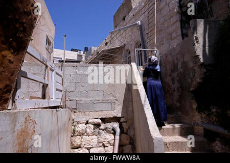Jerusalem, Israel. 7th April, 2016. A Palestinian woman entering her home in the Palestinian neighborhood of Silwan - Stock Photo