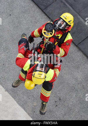 Bad Toelz, Germany. 08th Apr, 2016. Rescue workers demonstrate a rescue situation with a helicopter simulator during - Stock Photo