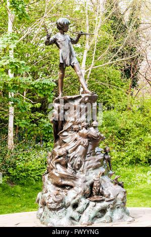 Peter Pan Statue in Kensington Gardens London Stock Photo: 22944452 ...