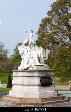 Statue of Queen Victoria by her daughter Princess Louise.  Outside Kensington Palace. - Stock Photo
