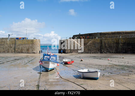 Mousehole, Cornwall, UK. 9th April 2016. UK Weather. Sunny calm day at Mousehole with a very low spring tide. Overnight - Stock Photo