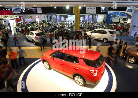 Pasay City, Philippines. 10th Apr, 2016. Visitors attend the Manila International Auto Show in Pasay City, the Philippines, - Stock Photo