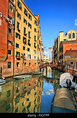 The canal that separates the Ghetto (left), the islet of the Jews, from the rest of Venice, in Sestiere di Cannaregio. - Stock Photo