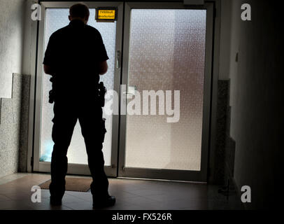 Hanover, Germany. 11th Apr, 2016. A policeman standing inside a house in Hanover, Germany, 11 April 2016. PHOTO: - Stock Photo