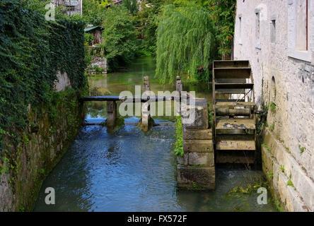 hölzernes Wasserrad einer alten Muehle - wooden water wheel from ancient mill - Stock Photo