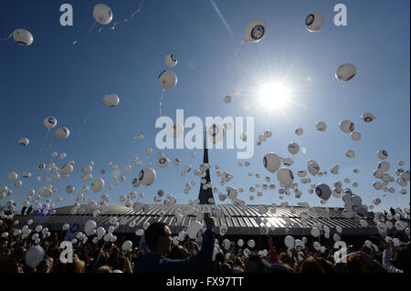 Moscow, Russia. 12th Apr, 2016. People launch balloons with Yuri Gagarin's portrait to mark the 55th anniversary - Stock Photo