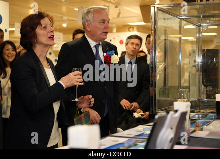 Tokyo, Japan. 12th Apr, 2016. French Foreign Minister Jean-Marc Ayrault, accompanied by his wife Brigitte, inspects - Stock Photo