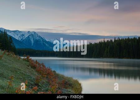Johnson Lake, Banff Nationalpark, kanadische Rocky Mountains, Alberta, Kanada, Nordamerika - Stock Photo