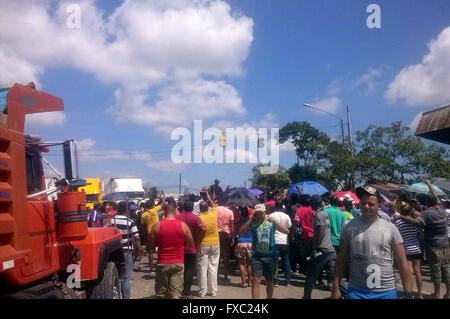 (160414) -- PASO CANOAS, April 14, 2016 (Xinhua) -- People stand near the border between Panama and Costa Rica, - Stock Photo