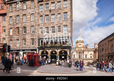 Street scene in the Royal Mile, Edinburgh, with Deacon Brodie's Tavern, Scotland, UK - Stock Photo