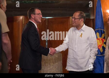 Manila, Philippines. 14th April, 2016. U.S Secretary of Defense Ash Carter is welcomed by Philippine President Benigno - Stock Photo