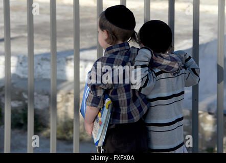 Jerusalem, Israel. 7th Apr, 2016. Two children of Orthodox jews in the old town of Jerusalem, Israel, 7 April 2016. - Stock Photo