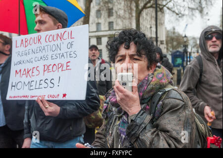 London, UK. 15th April, 2016. A speaker at the start of the March for the Homelss condemns both the government and - Stock Photo