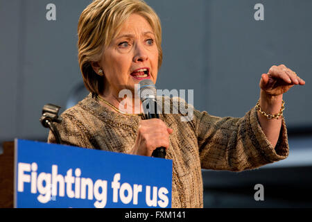 Los Angeles, California, USA. 16th Apr, 2016. Democratic presidential candidate HILLARY CLINTON campaigns at Los - Stock Photo