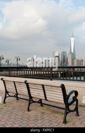 Park bench with scenic view of Lower Manhattan, New York City, New York, USA - Stock Photo