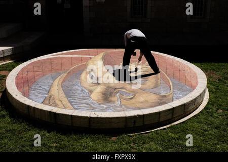 Jerusalem, Israel. 17th April, 2016. Argentinian artist, EDUARDO RELERO, prepares a three dimensional painting in - Stock Photo