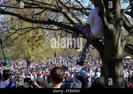Brooklyn, New York, USA. 17th April, 2016. crowd st Bernie Sanders Prospect Park Brooklyn april 17th 2016 Credit: - Stock Photo