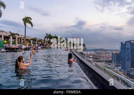 Marina Bay Sands , Infinity pool, Roof Terasse, Selfies, Asian Tourists, Marina Bay, Singapore, Singapur, Southest - Stock Photo
