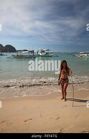 YOUNG WOMAN IN BIKINI & BOATS EL NIDO PALAWAN PHILIPPINES 25 April 2015 - Stock Photo