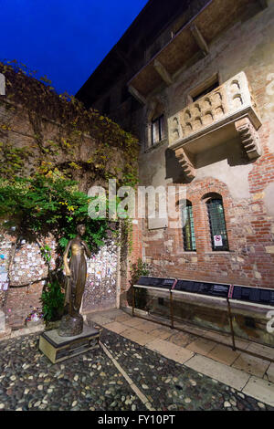 VERONA - ITALY NOVEMBER 25 2014: the statue and balcony of Juliet is one of the most visited sites in the town. - Stock Photo