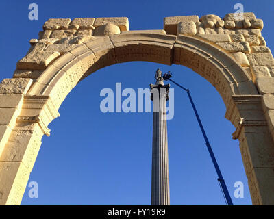 London, UK. 19th April, 2016. View through a recreation of the historic Arch of Triumph from the ancient Syrian - Stock Photo