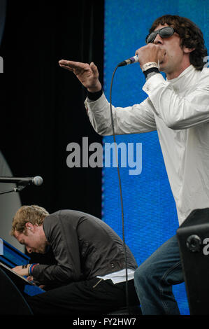 Live 8 hyde PArk, London. July 2nd 2005. Chris MArtin of Coldplay and Richard Ashcroft performing live - Stock Photo