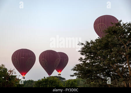 At dawn, the takeoff of hot air balloons over the surroundings of Nyaung U (Myanmar). Décollage de montgolfières - Stock Photo