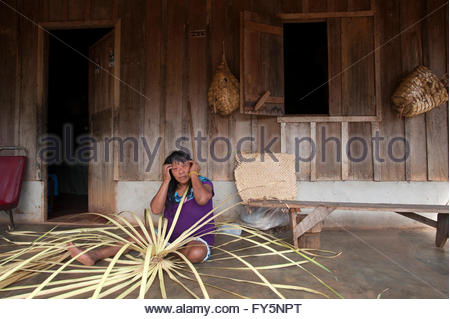 Walelap Surui who thinks she must be in her sixties making baskets at the '7th September Indian Reserve' Lapetanha, - Stock Photo