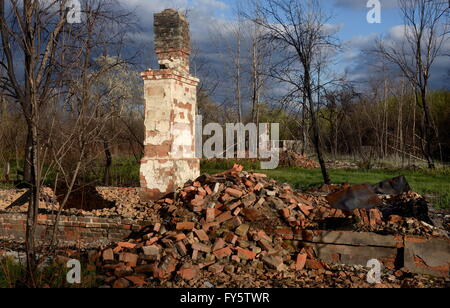 Gomel Region, Belarus. 22nd Apr, 2016. A destroyed house in the village of Tulgovichi, Khoiniksky District, located - Stock Photo