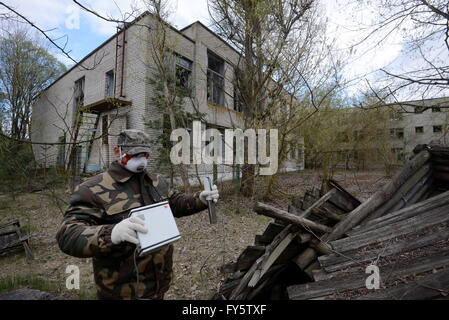 Gomel Region, Belarus. 22nd Apr, 2016. Measuring radiation level in the village of Tulgovichi, Khoiniksky District, - Stock Photo