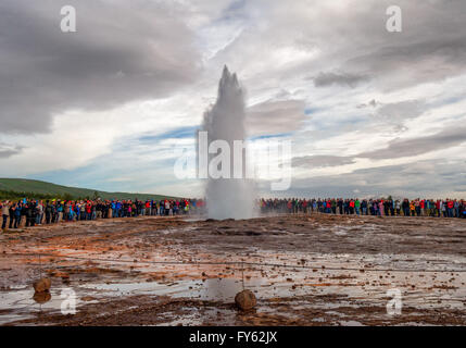Haukadalur Geothermal Area, Southwest Iceland, Iceland. 4th Aug, 2015. (Three in a series) Hundreds of tourists - Stock Photo