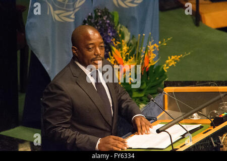 New York, USA. 22nd April 2016. Joseph Kabila, president of the Congo, speaks at the signing ceremony. Leaders from - Stock Photo
