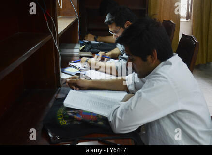 Lahore, Pakistan. 22nd Apr, 2016. Pakistani students reading books at Jinnah Garden Quaid-e-Azam library on the - Stock Photo