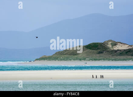 Walkers on Luskentyre beach, Isle of  Harris Scotland, UK. - Stock Photo