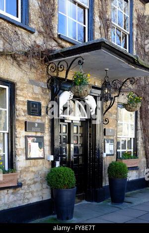 The impressive entrance to the Bear Hotel at Woodstock, Oxfordshire, England, UK. - Stock Photo
