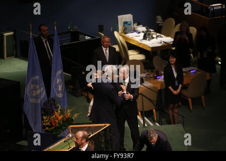 New York City, United States. 22nd Apr, 2016. UN secretary-general Ban Ki-Moon congratulates US secretary of state - Stock Photo