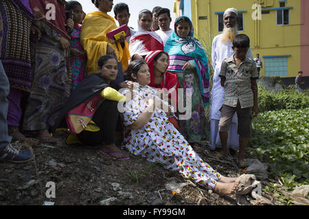 Savar, Bangladesh. 24th April, 2016. A woman mourns for her relative who died in the Rana Plaza building collapse, - Stock Photo
